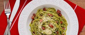 Receita de Espaguete com Calabresa, Pesto de Coentro e Bacon