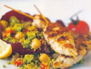 Receita de Espetinhos de frango grelhado com salada de cuscuz