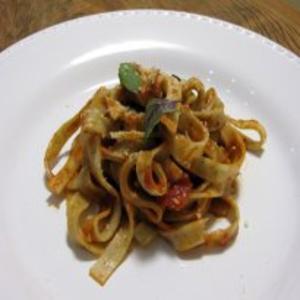 Receita de Fettuccine de manjericão com molho de azeitonas