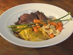 Receita de Galinha-d'Angola com legumes e ravióli de abóbora