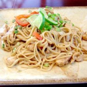 Receita de Macarrão chinês com frango e molho de amendoim
