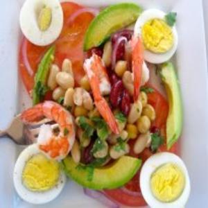 Receita de Salada de Feijão mista com abacate, camarão e tomate