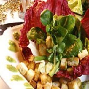 Receita de Salada de três folhas com Crôutons e Pesto