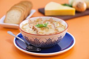 Receita de Sopa de Cebola com Torrada Gratinada