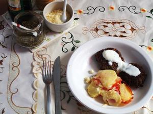 Receita de Tian Provençal de tomate e batata e hambúrgueres caseiros